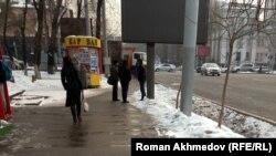 Люди на проспекте Сейфуллина, который считается неофициальным рынком труда. Алматы, 14 февраля 2017 года.