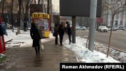 Сейфуллин даңғылында қара жұмысқа жалдаушыларды күтіп тұрған адамдар. Алматы, 14 ақпан 2017 жыл.