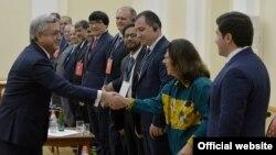 Սերժ Սարգսյանը ողջունում է կոնֆերանսի մասնակիցներին, այդ թվում՝ Ադելինա Կյուբերյան Ֆոն Ֆյուրշթենբերգին