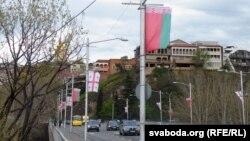 Развешанные на улицах Тбилиси государственные флаги Беларуси и Грузии вызвали у многих следящих за политикой граждан вопрос, когда в последний раз отношения двух государств были на таком высоком уровне