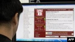 Компьютеріне WannaCry бопсалаушы вирусы арқылы кибершабуыл жасалған адам. 15 мамыр 2017 жыл.