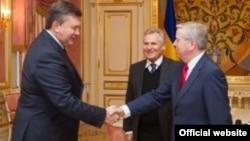 Президент Украины Виктор Янукович, бывший президент Польши Александр Квасьневский и бывший глава Европарламента Пэт Кокс