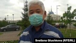 «Азат» партиясының белсендісі Рафхат Каманов наразылық акциясында тұр. Астана, 29 мамыр 2014 жыл.