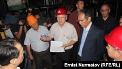 Премьер-министр Жоомарт Оторбаев, энергетика министри Осмонбек Артыкбаев Ош шаарында. 18-июль.