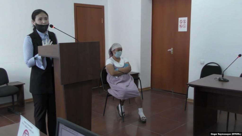 Жительница Кызылординской области Гульзинат Сагындыкова (сидит на стуле) и сотрудница акимата Ортакшылского сельского округа Перизат Мусалимова в суде. Шиели, 14 мая 2020 года.