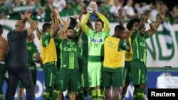 Игроки «Шапекоэнсе» празднуют победу над «Сан-Лоренцо» на стадионе Conda в Шапеко. Бразилия, 23 ноября