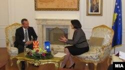 Претседателот на Собранието Трајко Вељаноски и косовската претседателка Атифете Јахјага на средба во Приштина.