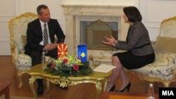 Архивска фотографија: Претседателот на Собранието Трајко Вељаноски и косовската претседателка Атифете Јахјага на средба во Приштина на 10 јануари 2012 година.