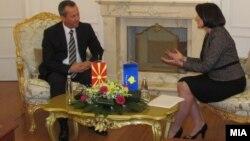 Претседателот на Собранието Трајко Вељаноски и косовската претседателка Атифете Јахјага на средба во Приштина на 10 јануари 2012 година.