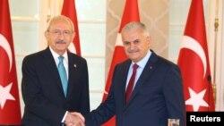 Premijer Binali Yildirim (d) i lider glavne opozicione Republicanske narodne partije (CHP) Kemal Kilicdaroglu u Ankari, 19. jula 2016.