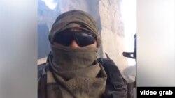 Кадр из видеообращения человека в камуфлированной форме.