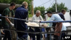 Транспортування тіл жертв повені у найбільш потерпілому місті Кримськ, 8 липня 2012 року