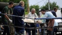 Спасатели выносят из развалин тело одной из жертв наводнения. Крымск, 7 июля 2012 г