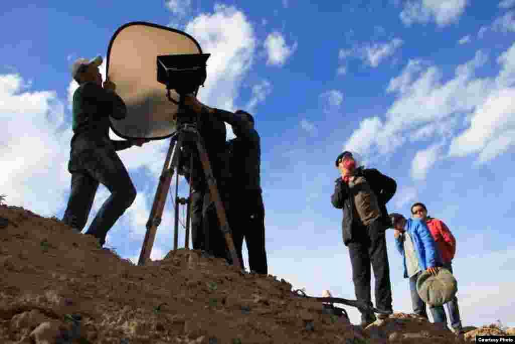 На фото съемочная группа - режиссер, оператор, ассистенты оператора, режиссера, водитель. Село Шор Булак Иссык-Кульской области, октябрь 2015 года. Автор: Марс Тугелов.