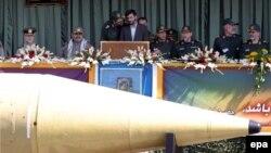 Специалисты расходятся в оценке того, как далеко удалось зайти Ирану в копировании старых советских разработок. Президент Махмуд Ахмадинеджад (на трибуне) приветствует «Шахаб-3» и ее разработчиков