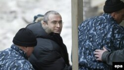 M. Khodorkovsky məhkəməyə gətirilən zaman