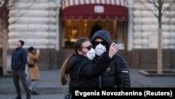 Пара в масках на Красной площади