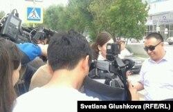 Представитель провластной коалиции «Вернем Аблязова» Бакытжан Жунисбеков дает интервью журналистам. Астана, 12 августа 2013 года.
