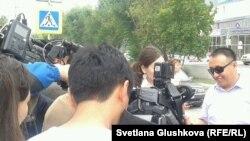 Представитель коалиции «Вернем Аблязова» Бакытжан Жунисбеков дает интервью журналистам. Астана, 12 августа 2013 года.