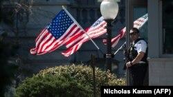 Сотрудник службы безопасности на въезде в Белый дом, Вашингтон, 28 марта 2016 года.