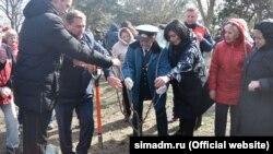 Юрій Гоцанюк і Олена Проценко садять дерева, 18 березня 2020 року