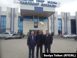 Амин Елеусинов (в центре), профсоюзные активисты Куспан Косшыгулов (справа) и Максат Таспаев.