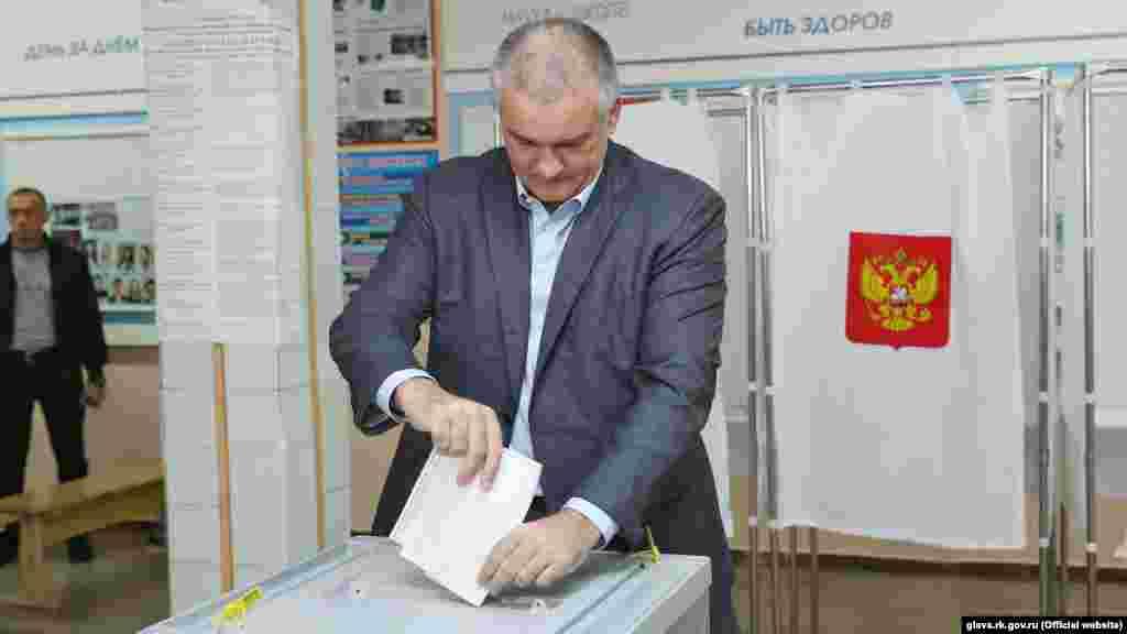 Подконтрольный России глава Крыма Сергей Аксенов на избирательном участке в школе №10 в Симферополе