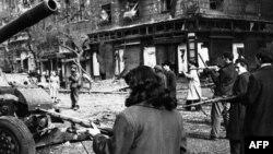 Будапешт, 5 листопада 1956 року. Озброєні місцеві жителі міста виступили проти вторгнення радянських військ в Угорщину