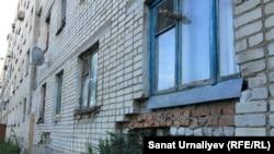 Вид одной из стен аварийного общежития в городе Аксай. Западно-Казахстанская область, 17 сентября 2016 года.
