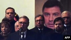 Российский оппозиционный политик Михаил Касьянов (у микрофона) выступает на гражданской панихиде в день похорон Бориса Немцова. Москва, 2 марта 2015 года.