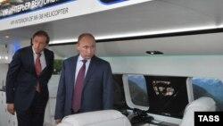 Владимир Путин и Денис Мантуров осматривают VIP-интерьер вертолета МИ-38, 22 августа 2013 г.