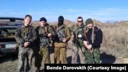 Бондо Доровских (крайний справа) и другие ополченцы под Алчевском