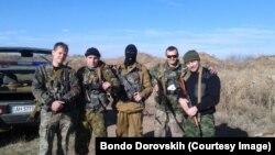 Бондо Доровських (крайній праворуч) та інші бойовики під Алчевськом