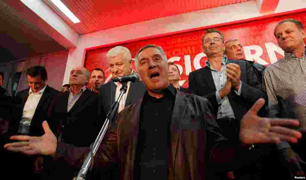 Мило Джуканович обращается к своим сторонникам после оглашения первых результатов голосования. Подгорица, 16 октября 2016 года.
