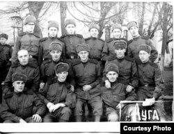 Владимир Алексеев (в правом нижнем углу) с сослуживцами