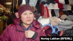 Баян Әуелова Алматы базарында бас киім сатып тұр. 11 желтоқсан 2018 жыл.