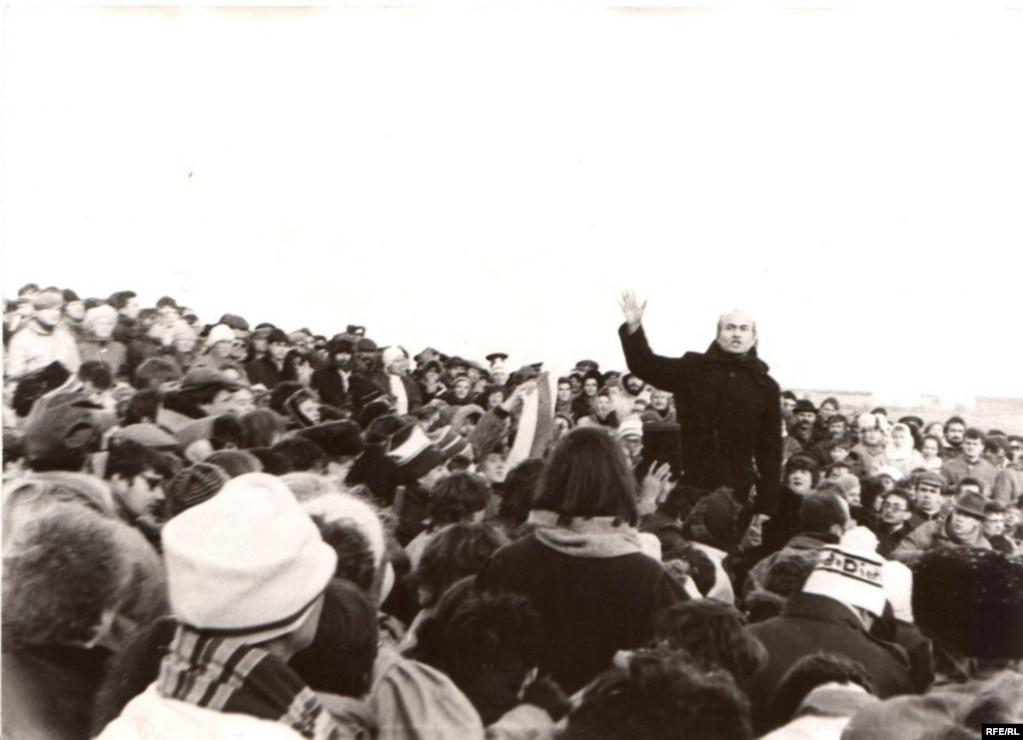 30 кастрычніка 1988 году непадалёк ад Курапатаў адбыўся мітынг-рэквіем памяці ахвяраў сталінізму, які быў гвалтоўна разагнаны камуністычнымі ўладамі. Разгон мітынгу меў вялікі грамадзкі розгалас ня толькі ўласна ў БССР, але і ў СССР, балюча ўдарыў па аўтарытэце беларускіх уладаў, адначасова пацьвердзіў імідж Савецкай Беларусі як адной з самых кансэрватыўных рэспублік, па словах вядомага пісьменьніка Алеся Адамовіча, Вандэі перабудовы.
