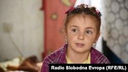 Djevojčica Almedina se raduje školi