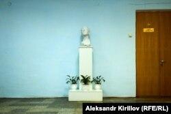 Бюст композитора Сергея Рахманинова в здании колледжа
