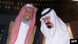 عبدالعزيزالشيخ (چپ) در کنار پادشاه عربستان