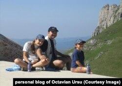 Octavian Ursu, alături de copii, în Munții Carpați