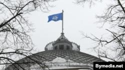 Բելառուս - ԱՊՀ-ի դրոշը Մինսկում Համագործակցության գործադիր կոմիտեի շենքի տանիքին, արխիվ
