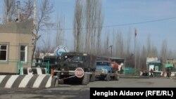 Ўзбекистоннинг Сўх эксклави чегарасидаги чегара пункти.