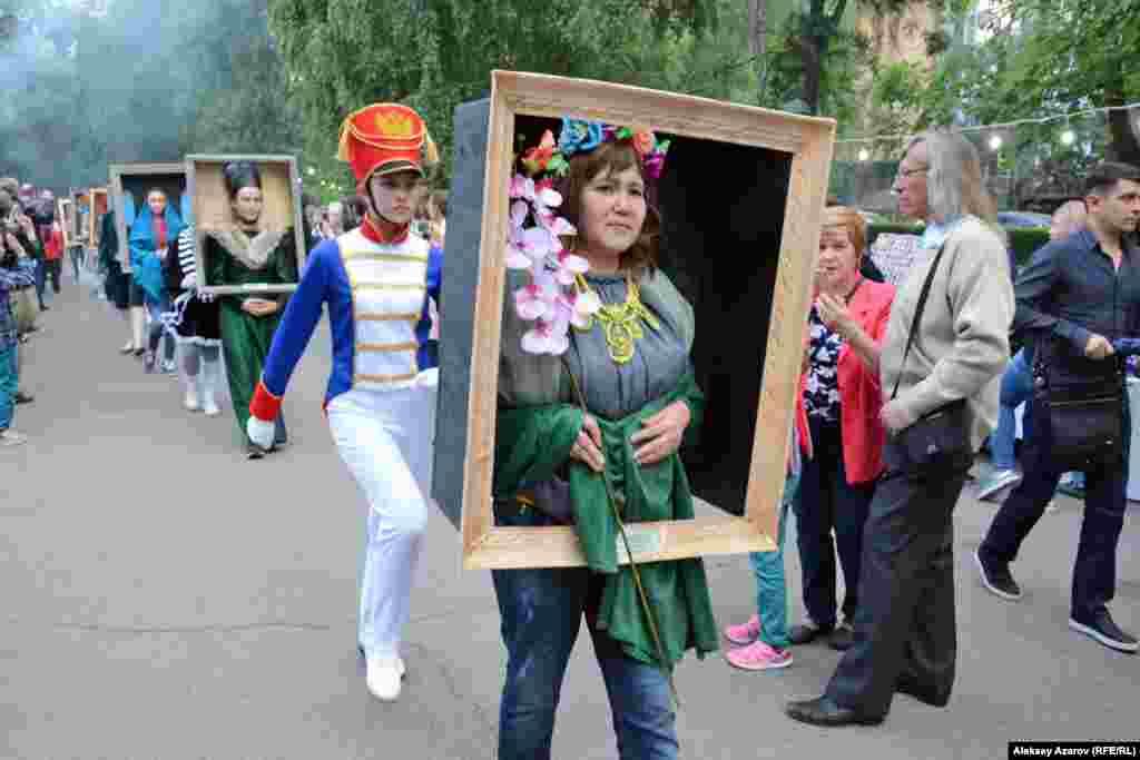 Дважды за вечер посетители «Ночи в музее» в музее имени Абылхана Кастеева наблюдали за карнавальным шествием «Парад портретов». Сотрудницы музея «оживили» героев всемирно известных портретов. Здесь были и «Джоконда», и «Купчиха за чаем», и «Портрет неизвестной», и «Крик», и автопортрет Ван Гога, и много другое. Алматы, 18 мая 2019 года.