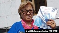 Семей тұрғыны Кенжеғайша Рақымбаева бас прокуратура қабылдауынан кейін. Астана, 1 шілде 2016 жыл.