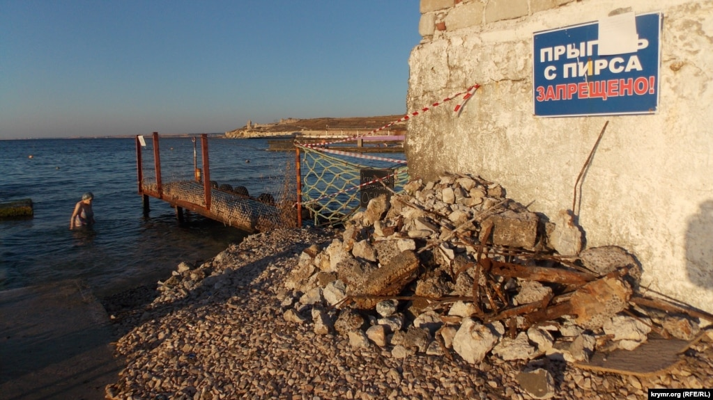 В Севастополе бархатный сезон 2016 года ознаменовался частичным сносомограждения спасательной станции на Песочном пляже.