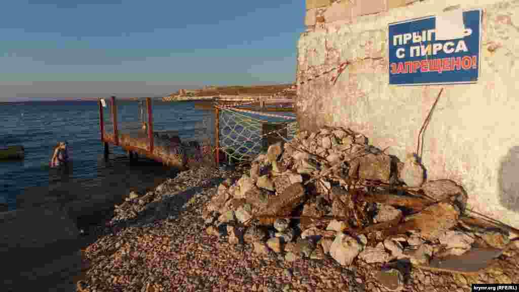 Qum plâjında qurtarıcı stantsiyası qorasınıñ yıqılması, Aqyar, küz mevsimi 206 senesi.