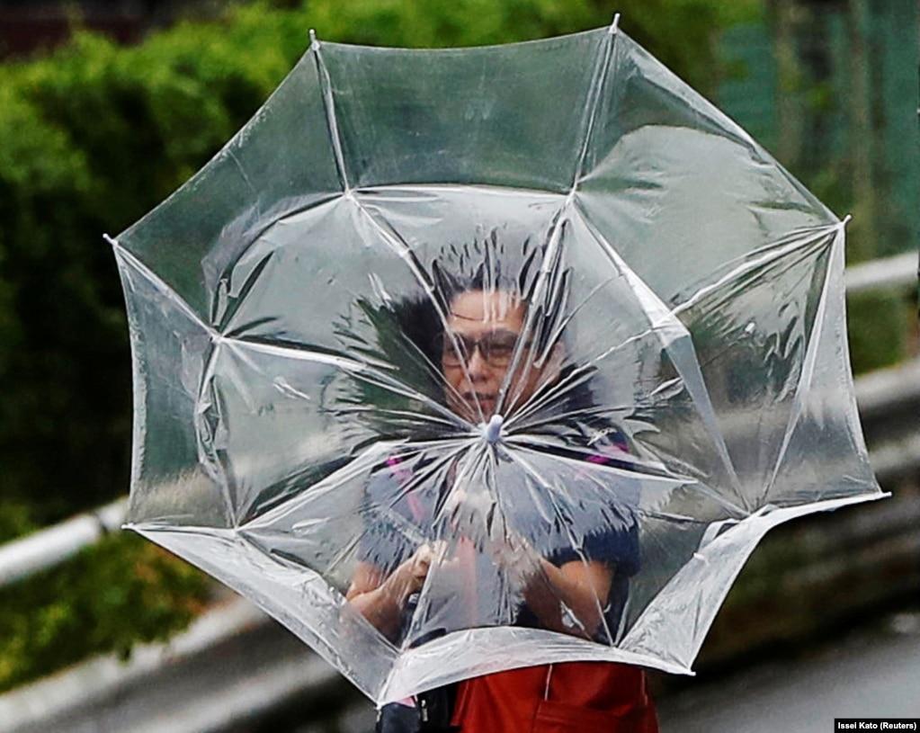 Сильный ветер и дождь в Токио в результате тайфуна факса.