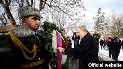Премьер-министр Армении Никол Пашинян возлагает венок к мемориалу солдатам, погибшим во время Второй мировой и Карабахской войн, Варденис, 28 января 2020 г.
