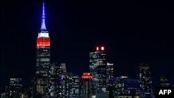 ლურჯი, წითელი და თეთრი ფერებით განათებული ემპაირ სტეიტ ბილდინგი